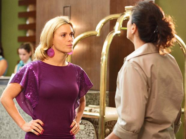 Teodora escuta condições de Griselda e pede logo o dinheiro (Foto: Fina Estampa/ TV Globo)