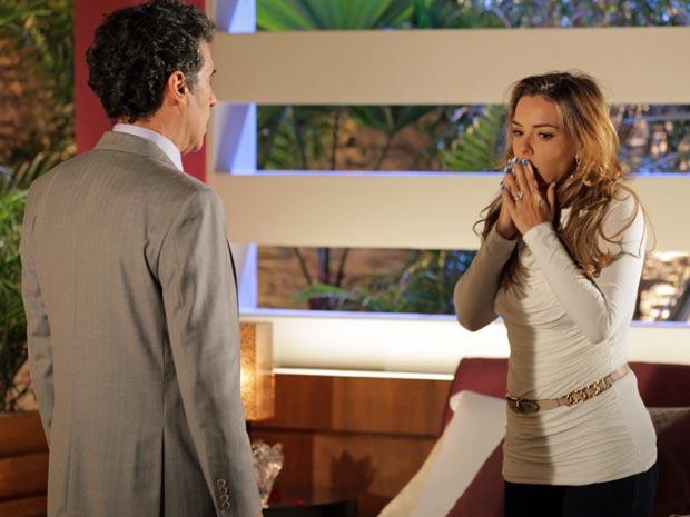 Cris não acredita na notícia (Foto: A Vida da Gente / TV Globo)