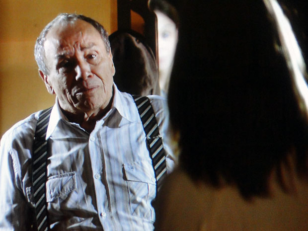 Laudelino desconversa e não aceita dar satisfação a Lorena (Foto: A Vida da Gente - Tv Globo)
