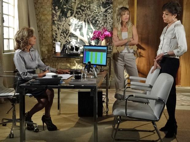Maruschka conversa com Brigitte e Gisele em seu escritório (Foto: Aquele Beijo/TV Globo)