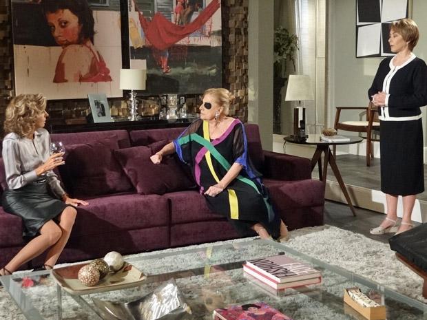 Na sala, Maruschka conversa com Mirta e Regina (Foto: Aquele Beijo/TV Globo)