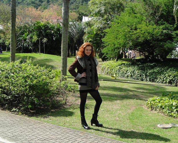 Vestido curto, meia calça e casacão fazem parte dos looks de Nanda