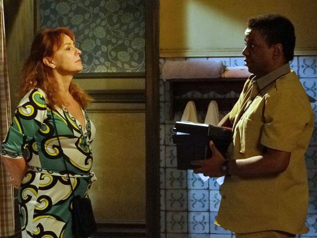 Rusty não conta a Olga sobre o caderndo que encontrou (Foto: Morde & Assopra/TV Globo)