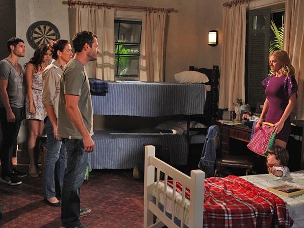 Teodora é surpreendida pela chegada da família Pereira (Foto: Fina Estampa / TV Globo)