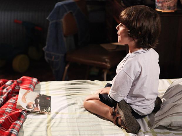 Quinzinho ganha de Quinzé a foto do pai com Teodora (Foto: Fina Estampa / TV Globo)