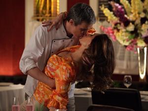 Beijo de René na mulher causa ciúmes em Vanessa (Foto: Fina Estampa/TV Globo)