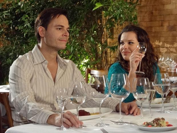 Camila deixa Ricardo irritado com suas provocações (Foto: Aquele Beijo/TV Globo)
