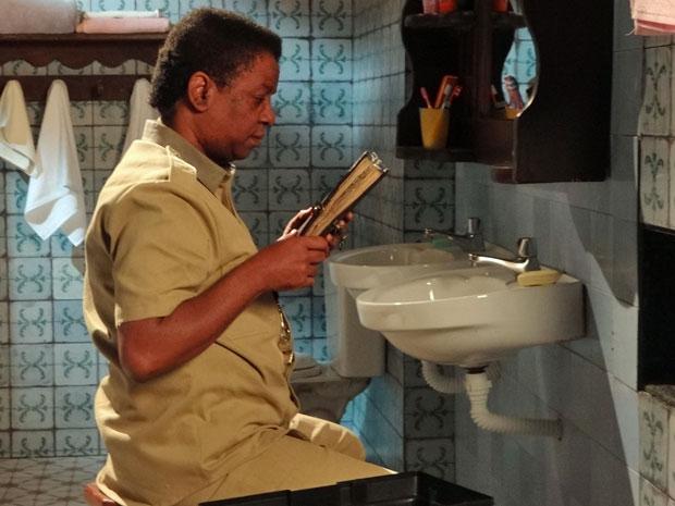 Rusty encontra caderno em banheiro do Lar da Mão Aberto (Foto: Aquele Beijo/TV Globo)