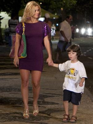 Teodora passeia com o filho (Foto: Fina Estampa / TV Globo)