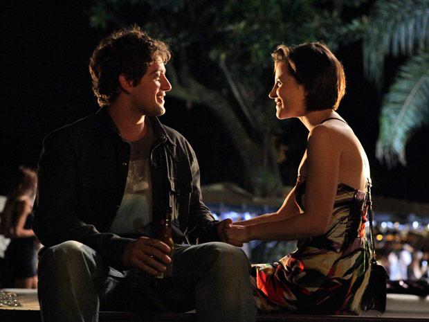 Nina convida Rodrigo para dormir em sua casa (Foto: A Vida da Gente/TV Globo)
