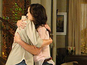Patrícia e Griselda se abraçam (Foto: Fina Estampa/ TV Globo)