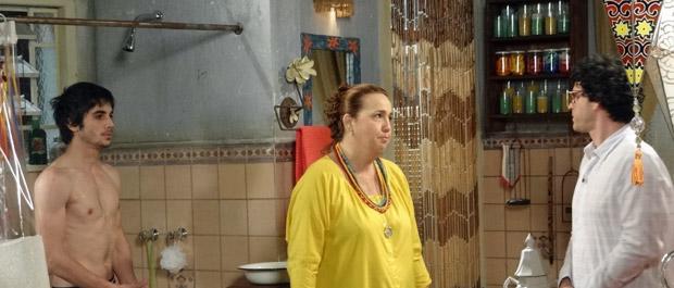 Joselito interrompe banho de Iara em Agenor (Foto: Aquele Beijo/TV Globo)