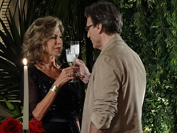 Alberto propõe um brinde ao casamento com Maruschka, mas pede tempo (Foto: Aquele Beijo/TV Globo)