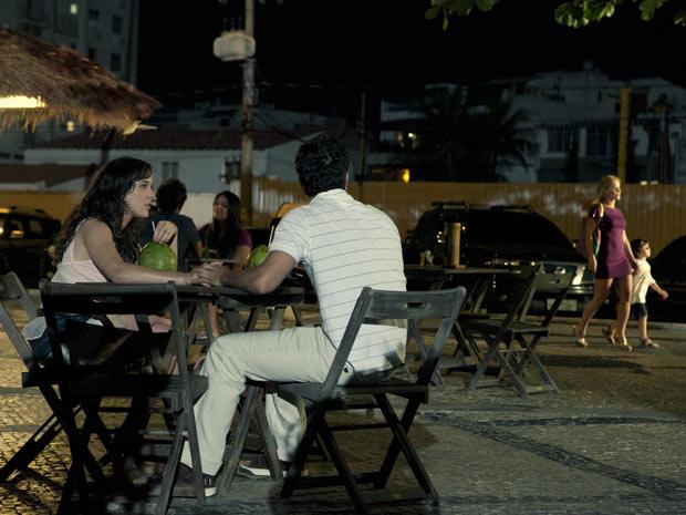 Antenor vê Quinzinho caminhando com Teodora (Foto: Fina Estampa/ TV Globo)