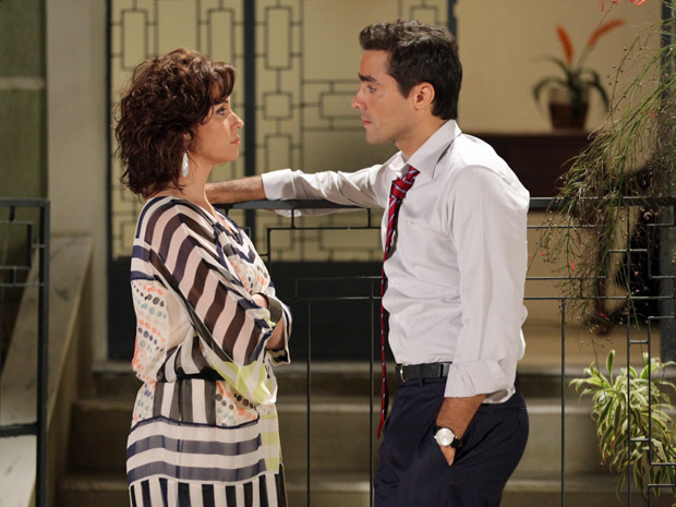 Claudia conversa com Vicente sobre a volta de Lucena (Foto: Aquele Beijo/TV Globo)