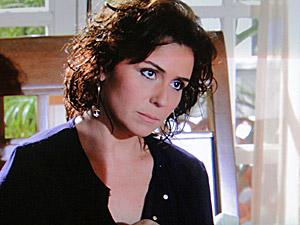 Claudia confessa para Regina que beijou Vicente (Foto: Aquele Beijo/TV Globo)