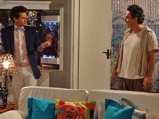 Crô acredita que Solange tem potencial para ser famosa e sugere que Baltazar seja o empresário da menina (Foto: Fina Estampa/ TV Globo)