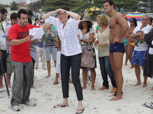 Lilia Cabral ensaia a cena ao lado do diretor Marco Rodrigo (Foto: Fina Estampa/TV Globo)