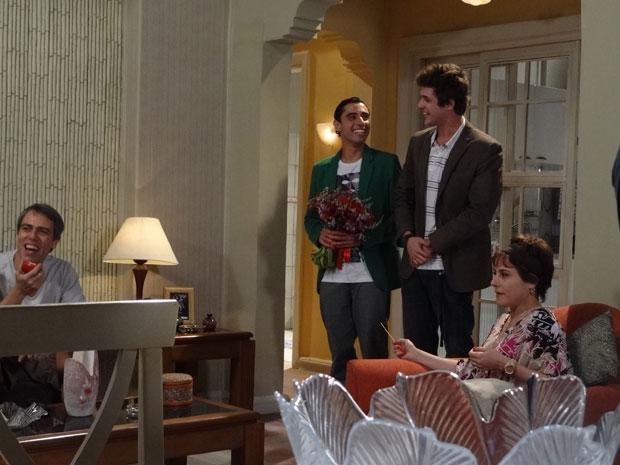 Ziggy chega com Guido para jantar (Foto: Malhação/TV Globo)
