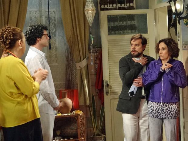 Felizardo fica em choque ao ver Agenor sem roupas (Foto: Aquele Beijo/TV Globo)