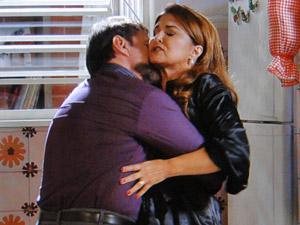 Felizardo agarra Íntima, que não quer cometer o mesmo erro do passado (Foto: Aquele Beijo/TV Globo)