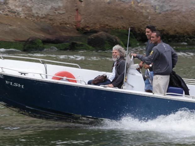 Zé Mayer pega barco para gravar primeiras cenas de Pereirinha (Foto: Fina Estampa/TV Globo)