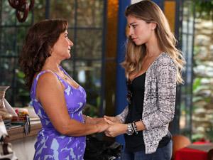 Lucena conversa com Amália (Foto: Aquele Beijo/TV Globo)