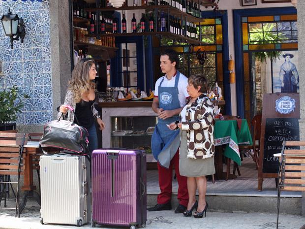 Lucena chega com malas no Sonho D'Aveiro (Foto: Aquele Beijo/TV Globo)