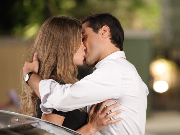 Lucena beija Vicente, que se arrepende (Foto: Aquele Beijo/TV Globo)