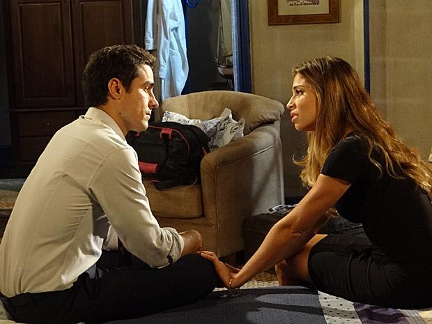 Lucena pede perdão a Vicente e garante que deu mau passo com casamento (Foto: Aquele Beijo/TV Globo)