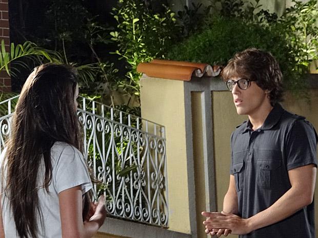 Orlandinho confessa que não consegue ficar perto de Belezinha (Foto: Aquele Beijo/TV Globo)