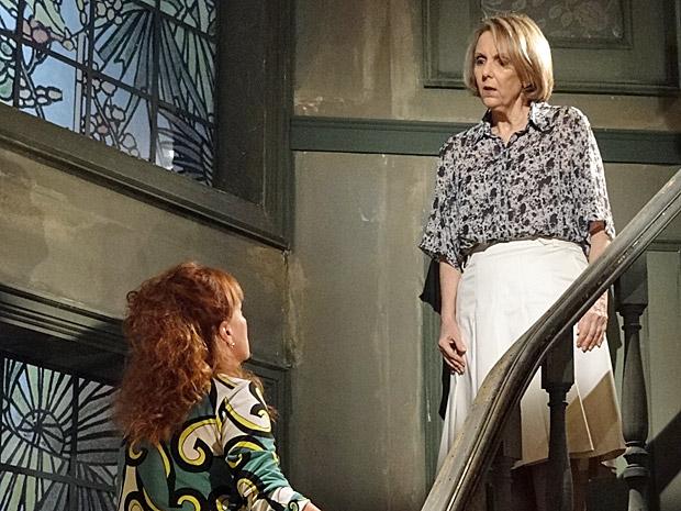 Olga avisa Otília que um degrau da escada está quebrado (Foto: Aquele Biejo/TV Globo)