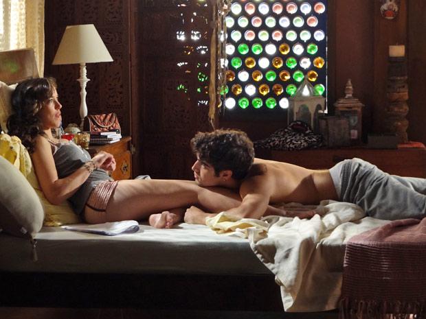 O casal vive momentos de intimidade no quarto antes da chegada da perua (Foto: Fina Estampa/TV Globo)