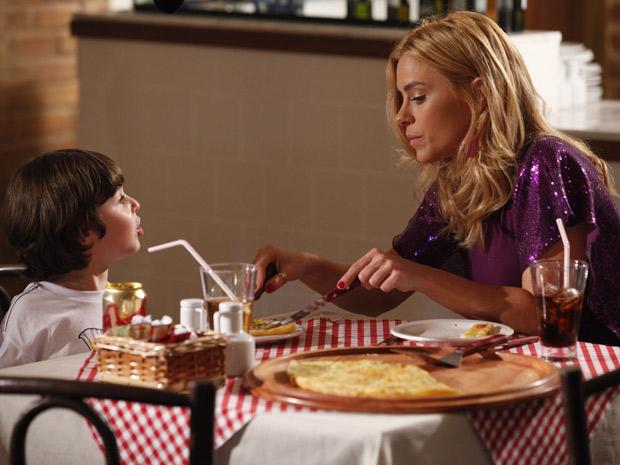 Teodora leva o filho para comer uma pizza (Foto: Fina Estampa/TV Globo)