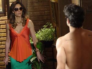 A socialite mantém a compostura ao dar de cara com o universitário (Foto: Fina Estampa/TV Globo)
