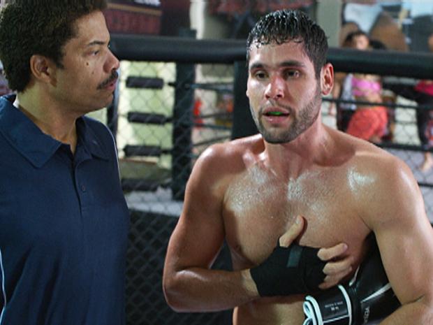 Wallace sente dores no peito durante o treino (Foto: Fina Estampa / TV Globo)