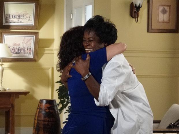 Deusa mata a saudade da amiga Eveva (Foto: Aquele Beijo / TV Globo)