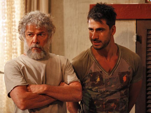 Pereirinha diz que Enzo se saiu bem como seu espião (Foto: Fina Estampa/TV Globo)