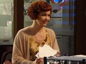 A estilista está feliz com a escolha (Foto: Fina Estampa/TV Globo)
