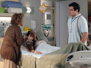 Eva explica para Lúcio como foi o movimento de Ana (Foto: A Vida da Gente - Tv Globo)
