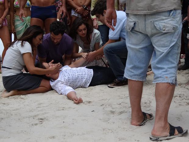 Griselda desmaia de raiva de Pereirinha (Foto: Fina Estampa/TV Globo)