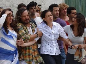Amigos ajudam a Griselda após o susto (Foto: Fina Estampa/TV Globo)