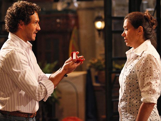 Guaracy chega todo feliz com um anel de noivado, mas logo se decepciona com Griselda (Foto: Fina Estampa/TV Globo)