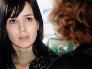 Eva insinua que Manu está aproveitando para ficar com Rodrigo (Foto: A Vida da Gente/TV Globo)