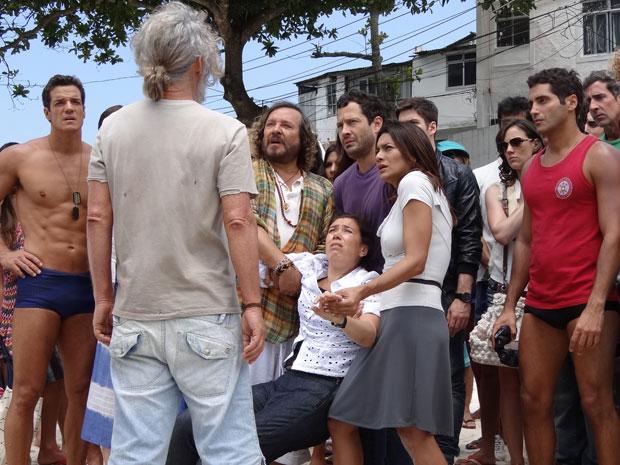 A portuguesa não acredita no que vê: Pereirinha está de volta após 15 anos (Foto: Fina Estampa/TV Globo)