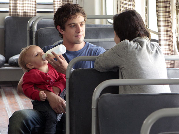 Rodrigo não consegue curtir o passeio com Nina e Júlia (Foto: A Vida da Gente - Tv Globo)