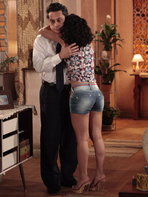 A funkeira abraça o pai radiante (Foto: Fina Estampa/TV Globo)