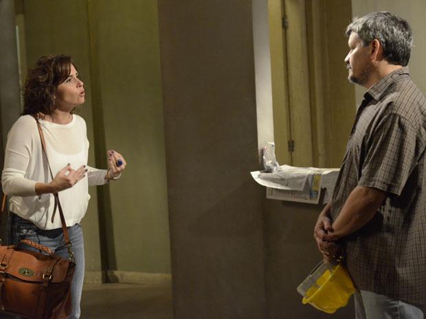 Claudia não aceita a demora para que a obra fique pronta (Foto: Aquele Beijo/TV Globo)