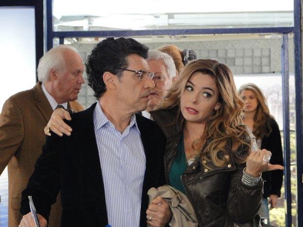 Está chegando a hora da viagem de Cris e Jonas, rumo à inseminação artificial (Foto: A Vida da Gente/TV Globo)