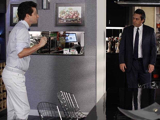 Crô dá uma mão para que Baltazar se torne empresário de Solange (Foto: Fina Estampa / TV Globo)